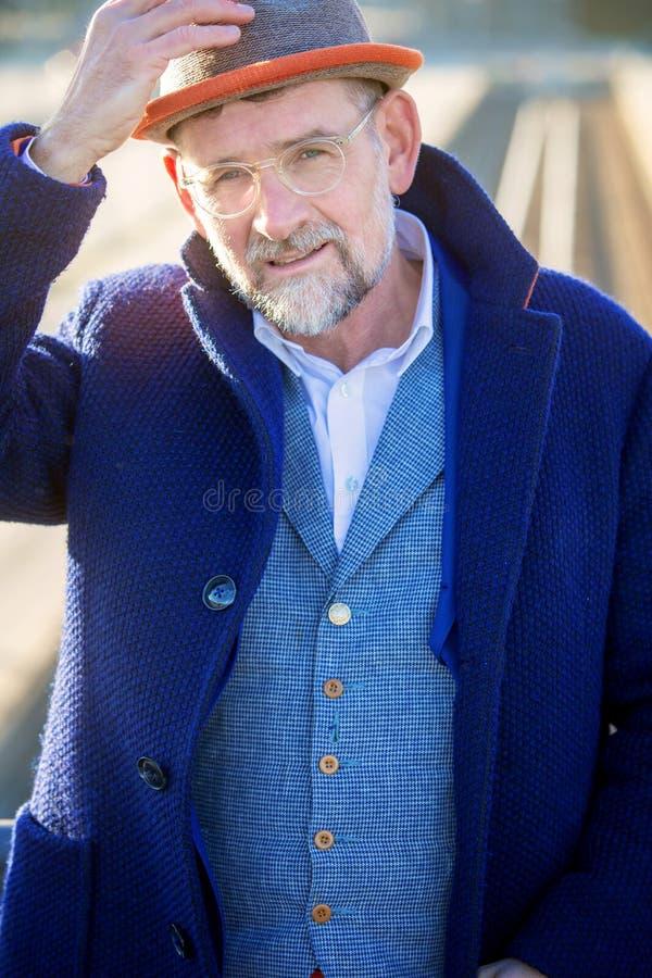 Retrato del hombre hermoso en su 50s en un traje azul foto de archivo libre de regalías