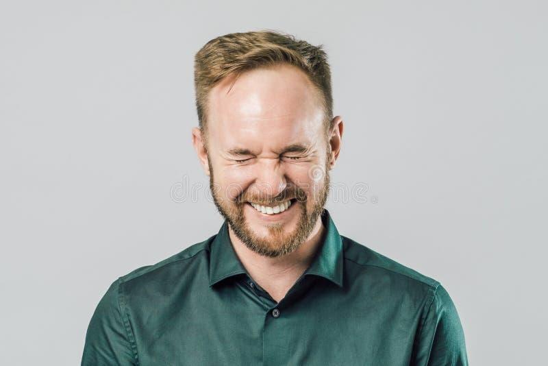 Retrato del hombre hermoso joven con la risa sonriente de la barba foto de archivo libre de regalías