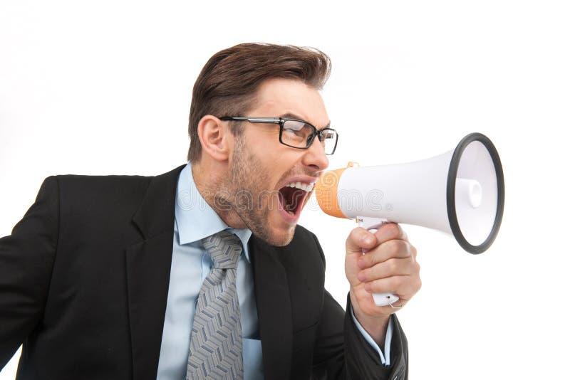Retrato del hombre hermoso joven que grita usando el megáfono fotos de archivo libres de regalías