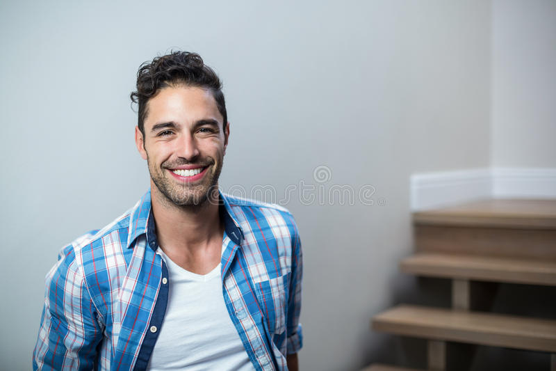 Retrato del hombre hermoso sonriente imagenes de archivo