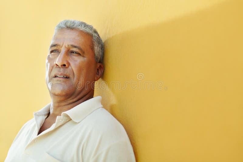 Retrato del hombre hispánico maduro triste foto de archivo libre de regalías