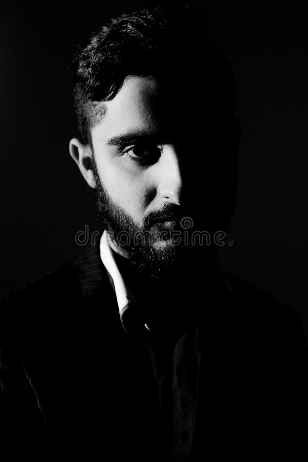 Retrato del hombre italiano hermoso con la barba larga blanco y negro imagenes de archivo