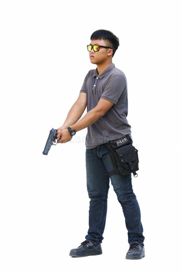 Retrato del hombre joven con el arma en el fondo blanco imagen de archivo