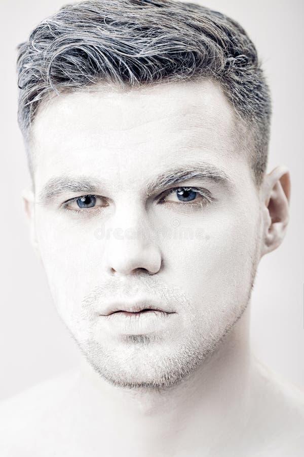 Retrato del hombre joven con la pintura blanca de la cara Maquillaje profesional de la moda Maquillaje del arte de la fantasía foto de archivo