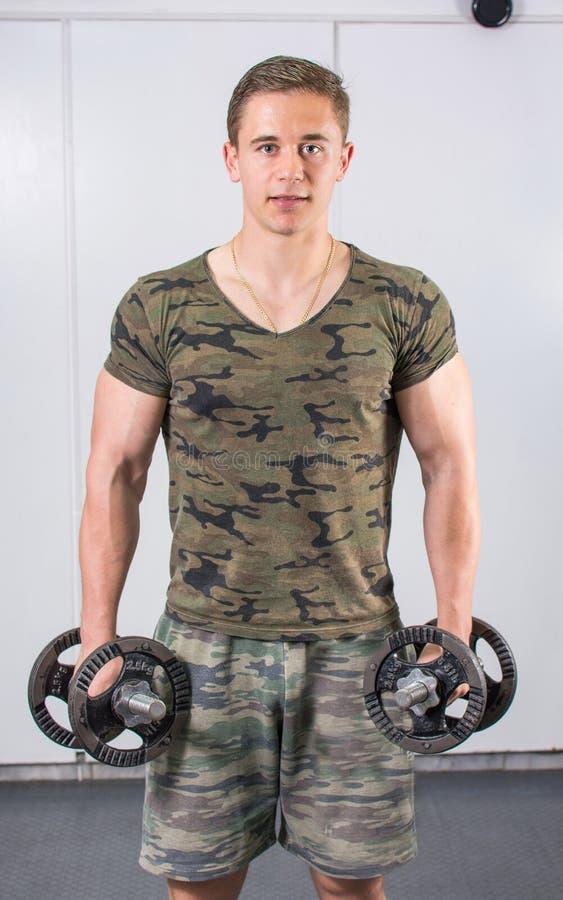 Retrato del hombre joven confiado en el gimnasio imagenes de archivo
