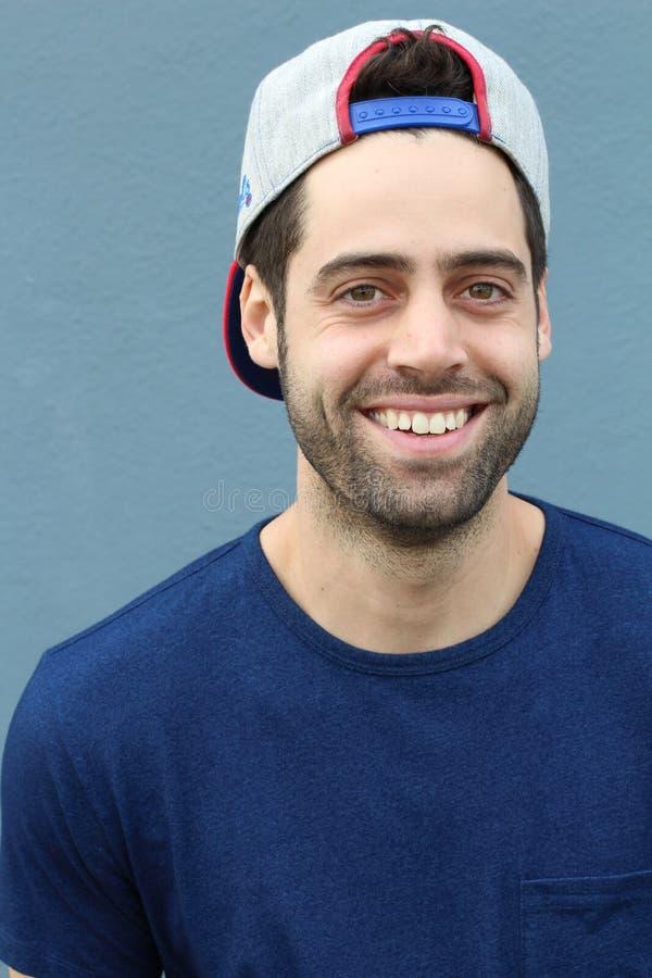 Retrato del hombre joven de Baseball Cap Backwards del estudiante universitario imagen de archivo libre de regalías
