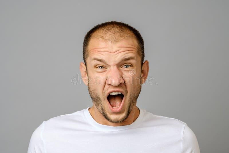 Retrato del hombre joven de griterío enojado imagen de archivo libre de regalías