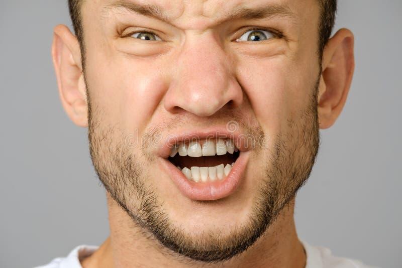 Retrato del hombre joven de griterío enojado fotografía de archivo libre de regalías
