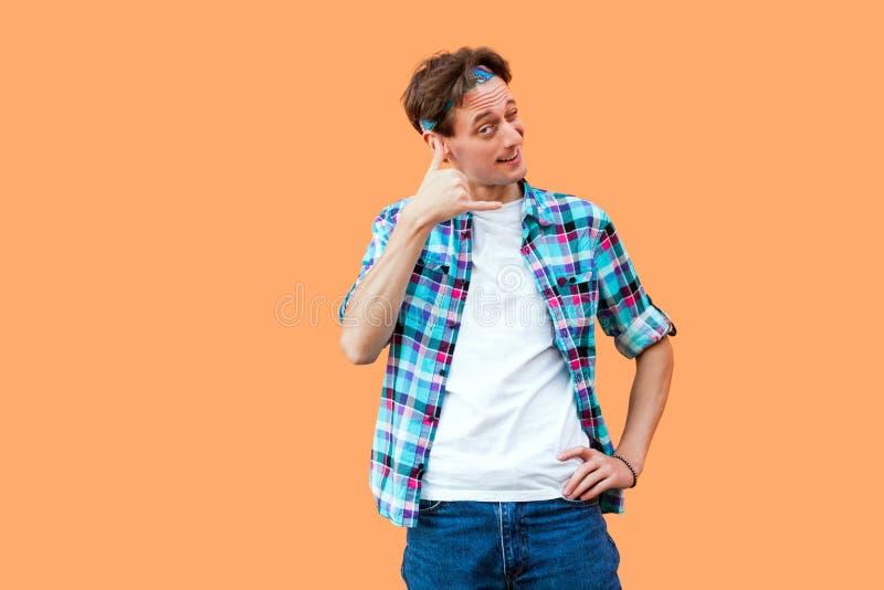 Retrato del hombre joven divertido en la situación a cuadros azul casual de la camisa y de la venda con la mano del gesto de la l imágenes de archivo libres de regalías
