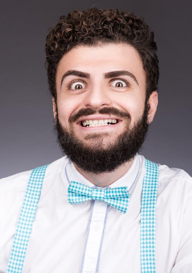 Retrato del hombre joven elegante con una sonrisa loca Pelo oscuro rizado fotos de archivo