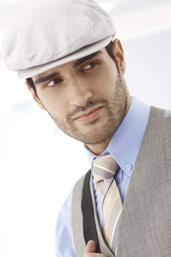 Retrato del hombre joven en el casquillo plano que mira a la izquierda imagen de archivo libre de regalías