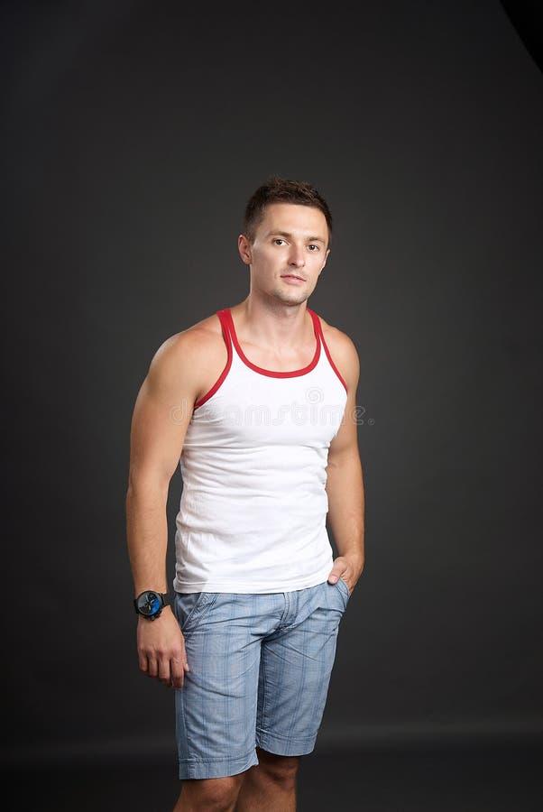 Retrato del hombre joven en la camisa blanca fotos de archivo libres de regalías