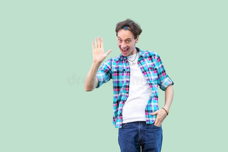 Retrato del hombre joven feliz divertido en la situación a cuadros azul casual de la camisa y de la venda sorprendido, mirando la foto de archivo