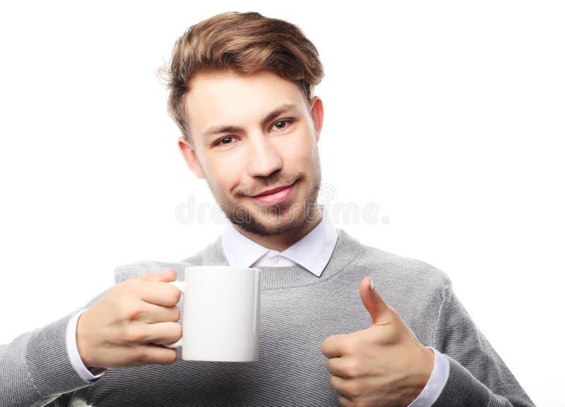 Retrato del hombre joven hermoso con la taza, aislado en blanco imagen de archivo libre de regalías