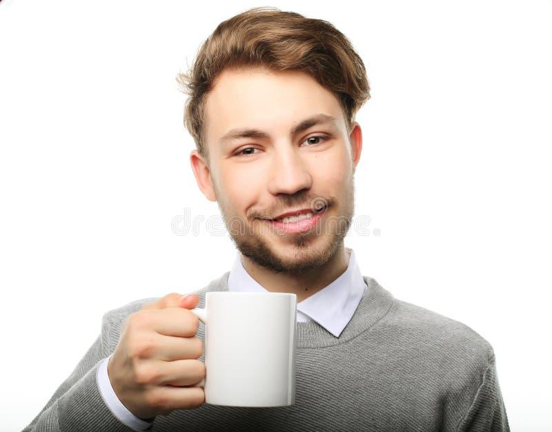 Retrato del hombre joven hermoso con la taza, aislado en blanco imagen de archivo