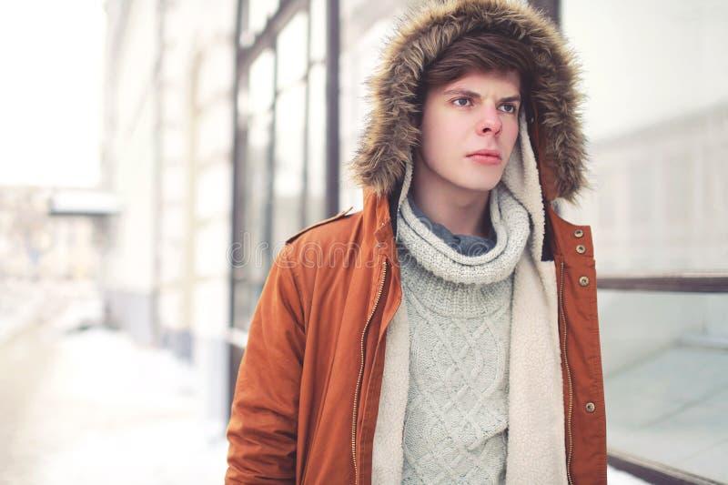 Retrato del hombre joven hermoso en la ciudad foto de archivo