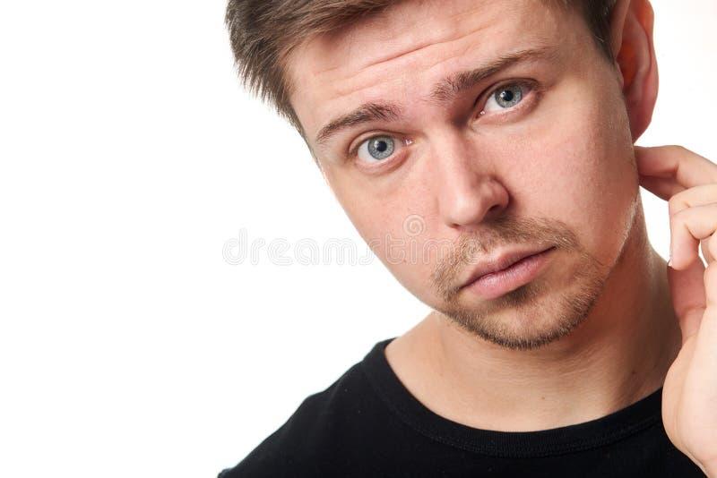 Retrato del hombre joven serio, expresión que pregunta, horizontal fotografía de archivo libre de regalías