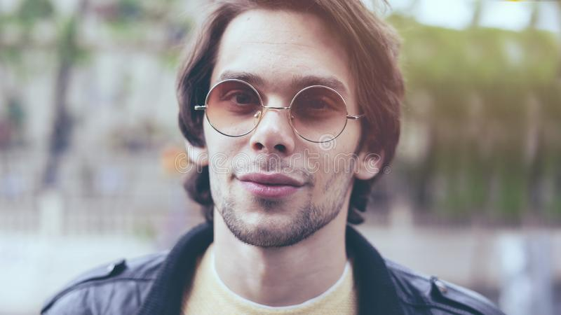 Retrato del hombre joven sonriente hermoso foto de archivo