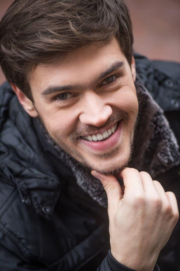 Retrato del hombre joven sonriente hermoso fotografía de archivo