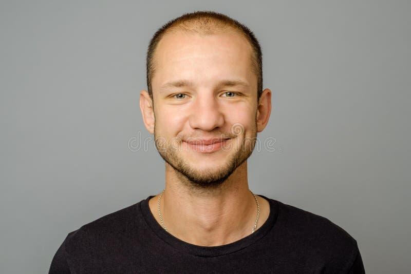 Retrato del hombre joven sonriente que mira la cámara imágenes de archivo libres de regalías