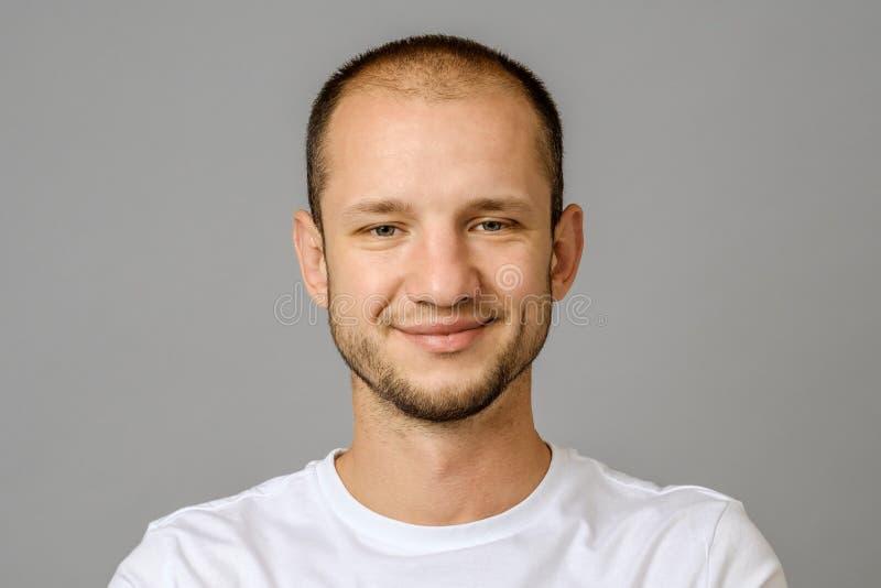 Retrato del hombre joven sonriente que mira la cámara fotografía de archivo