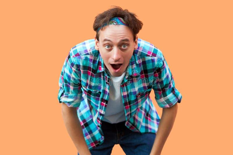 Retrato del hombre joven sorprendido en la situación a cuadros azul casual de la venda de la camisa con los ojos grandes y la boc imágenes de archivo libres de regalías