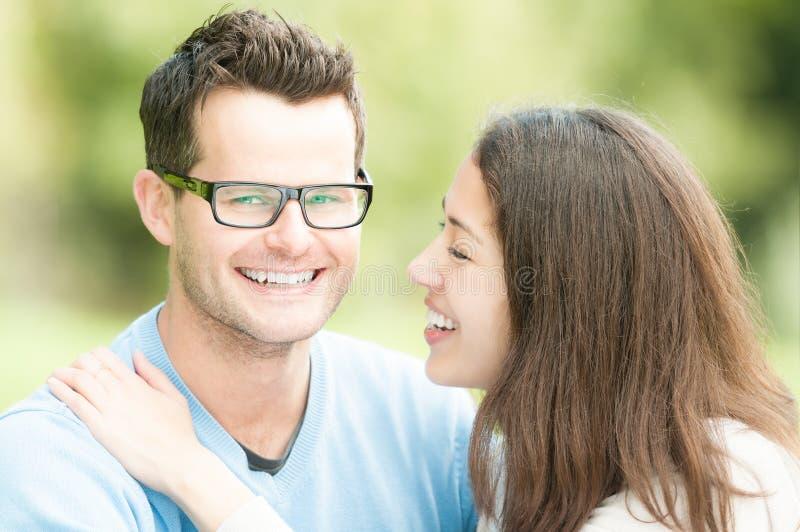 Retrato del hombre joven y de la mujer felices en parque. fotos de archivo libres de regalías