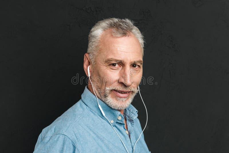 Retrato del hombre maduro hermoso 60s con el pelo gris que mira en el Ca fotografía de archivo libre de regalías