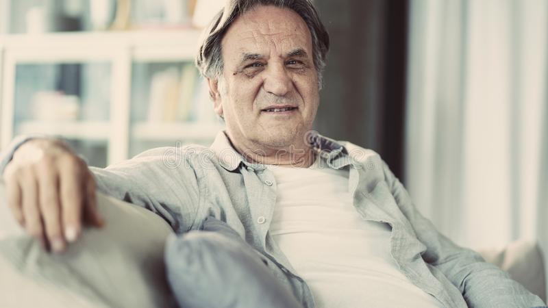 Retrato del hombre mayor en casa fotografía de archivo