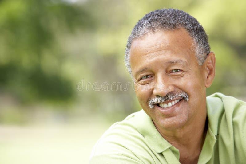 Retrato del hombre mayor en parque imagenes de archivo