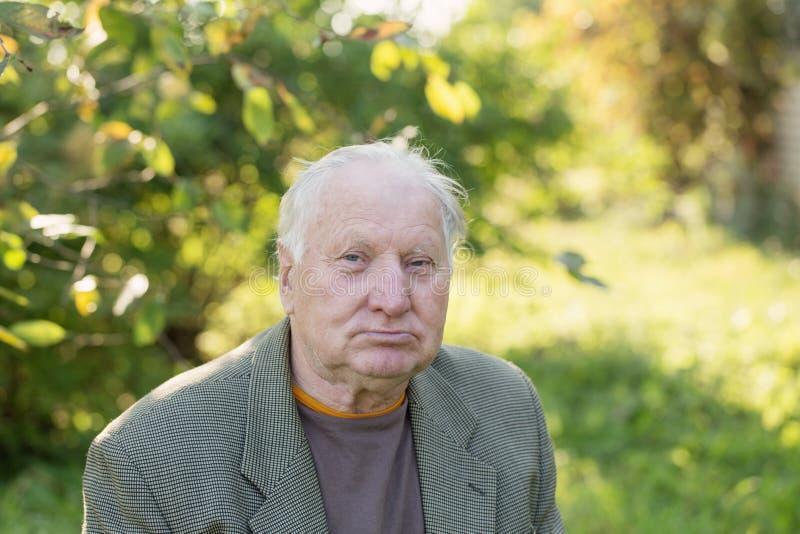Retrato del hombre mayor en parque foto de archivo