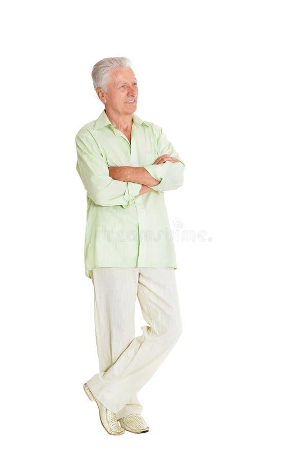 Retrato del hombre mayor feliz que presenta en el fondo blanco foto de archivo libre de regalías