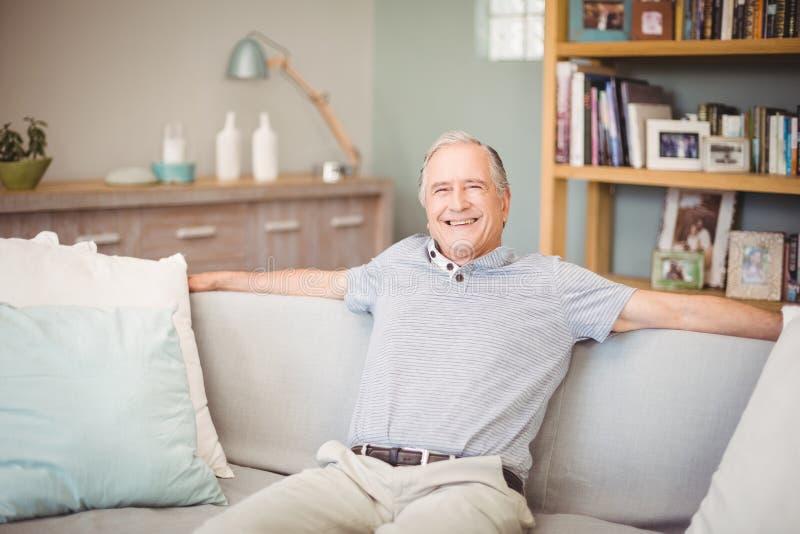Retrato del hombre mayor feliz que se sienta en casa imagen de archivo libre de regalías
