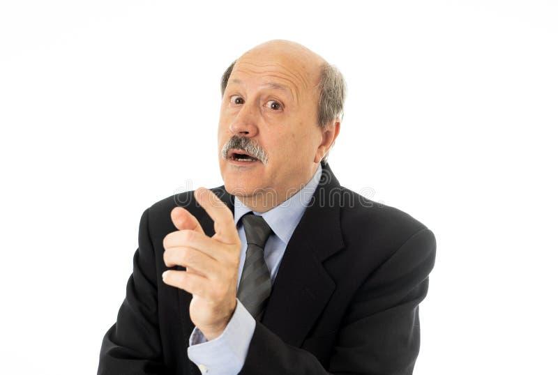 Retrato del hombre mayor del negocio en su 60s que piensa en la decisión o el próximo paso ejecutiva en problemas del trabajo y l foto de archivo