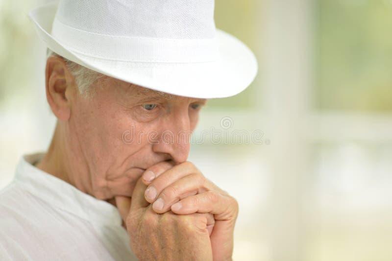 Retrato del hombre mayor pensativo en casa fotografía de archivo libre de regalías