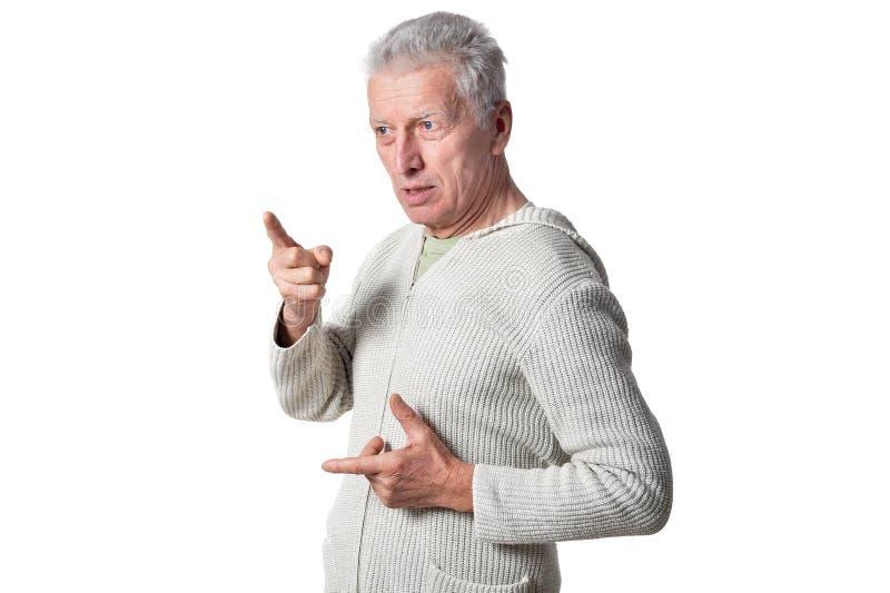 Retrato del hombre mayor que presenta en el fondo blanco imagen de archivo