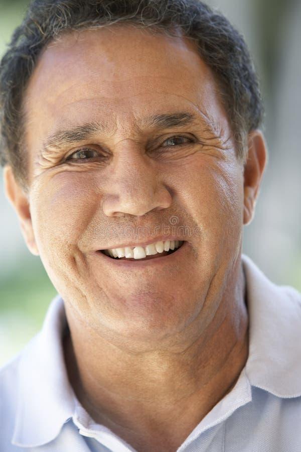 Retrato del hombre mayor que sonríe feliz fotos de archivo