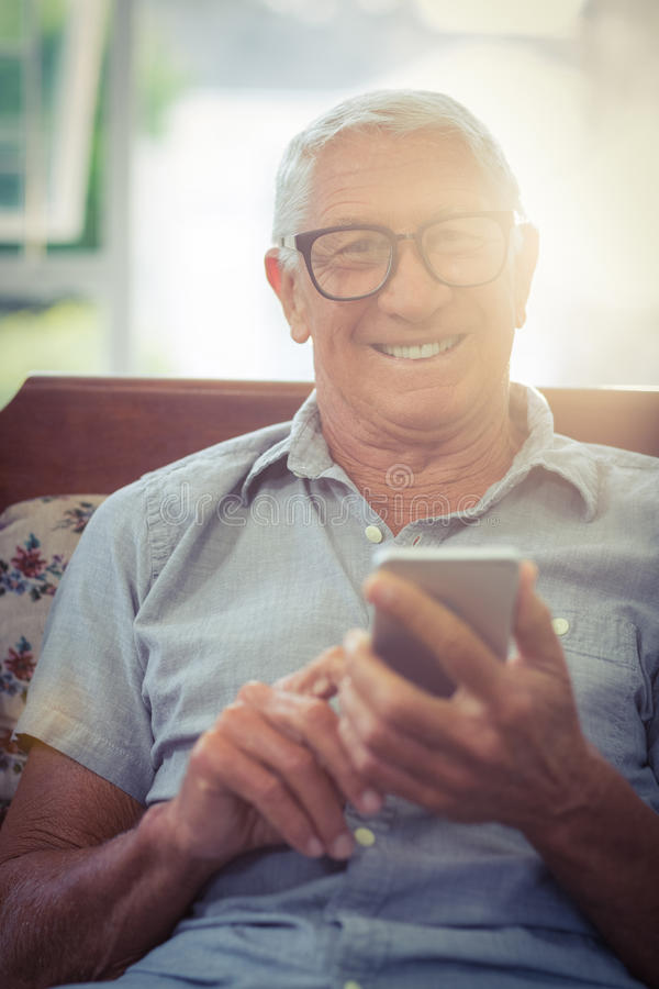 Retrato del hombre mayor que usa el teléfono móvil foto de archivo