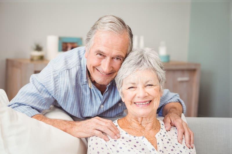 Retrato del hombre mayor romántico con su esposa fotos de archivo