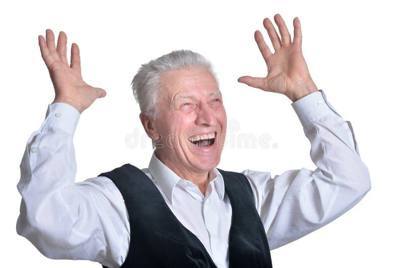 Retrato del hombre mayor sonriente en el fondo blanco imagenes de archivo