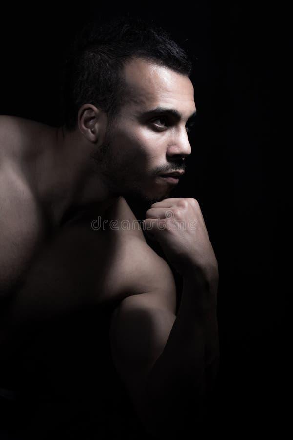 Retrato del hombre muscular fotografía de archivo libre de regalías