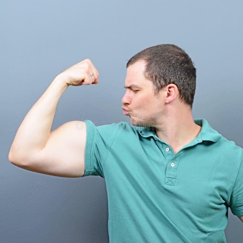 Retrato del hombre que muestra apagado con su bíceps imagen de archivo libre de regalías