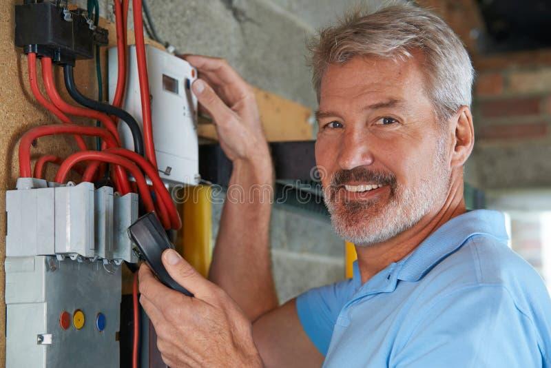 Retrato del hombre que toma la lectura del metro de la electricidad imágenes de archivo libres de regalías