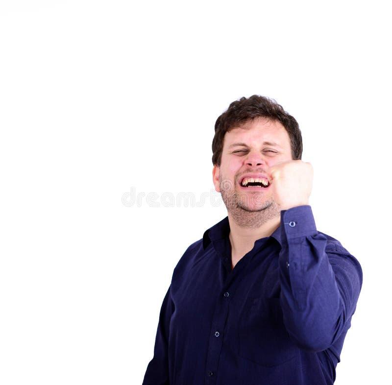 Retrato del hombre rechoncho sonriente con los puños para arriba aislados en blanco imagen de archivo
