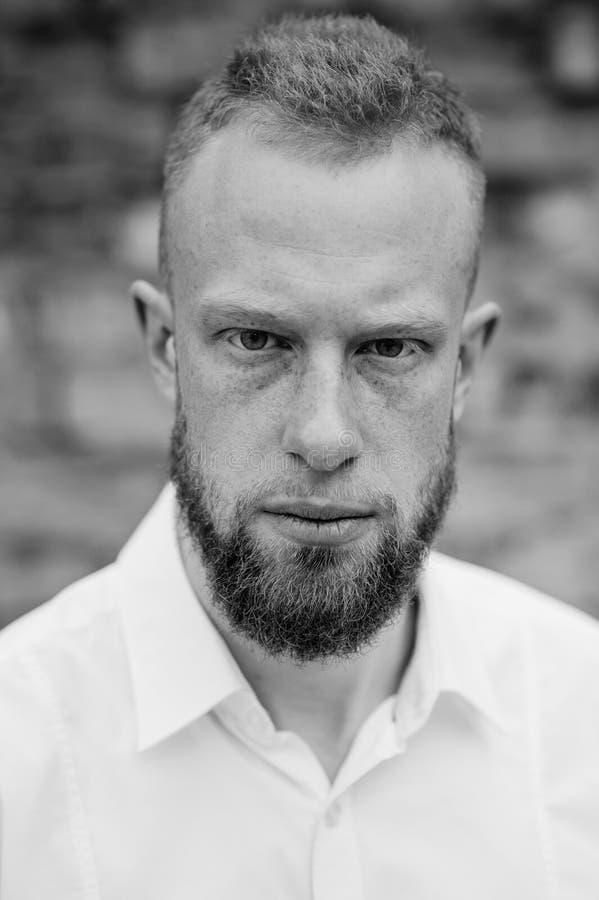 Retrato del hombre rojo joven serio del pelo con la barba blanco y negro fotografía de archivo libre de regalías