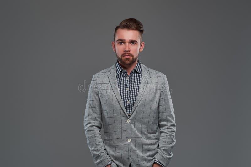 Retrato del hombre serio styilish en chaqueta a cuadros y camisa foto de archivo