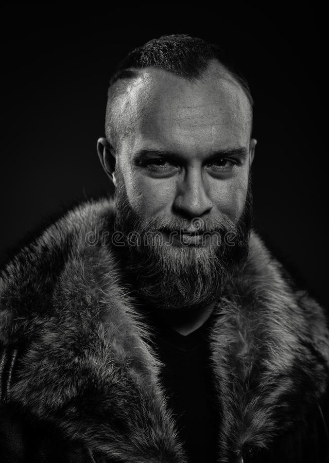 Retrato del hombre sin afeitar sonriente hermoso brutal fotos de archivo libres de regalías
