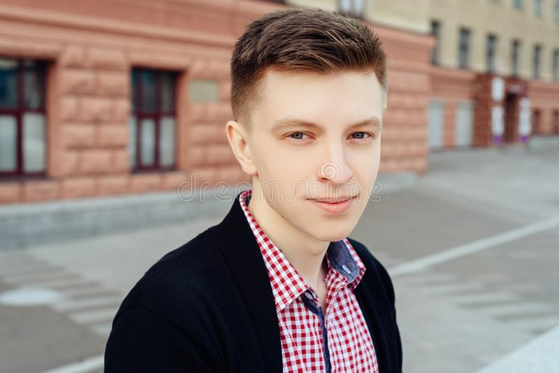Retrato del hombre sonriente de moda hermoso joven en camisa de tela escocesa fotos de archivo libres de regalías