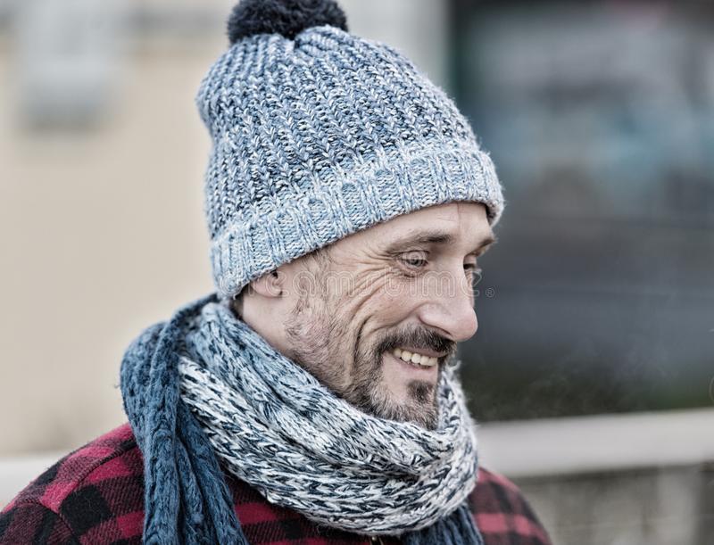 Retrato del hombre sonriente en la calle Hombres en bufanda hecha punto caliente Individuo en sombrero y bufanda del invierno imagenes de archivo