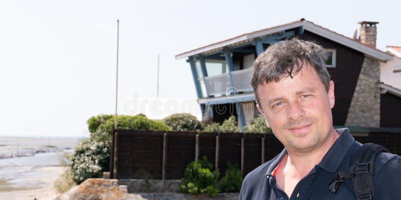 Retrato del hombre sonriente hermoso en camisa en costa de mar en Andernos Arcachon Francia en plantilla de la bandera de la web imágenes de archivo libres de regalías